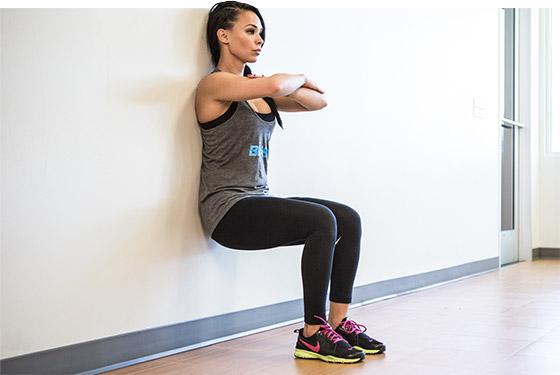 ejercicio de sentadilla isométrica para cuádriceps