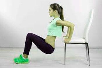 chica haciendo flexiones en una silla para desarrollar el triceps