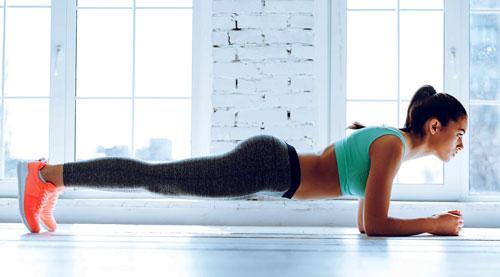 chica realizando una plancha isometrica para trabajar abdominales
