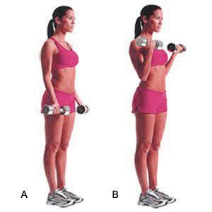 curl biceps con mancuerna realizado por una mujer