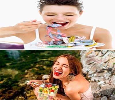 dos mujeres sonriendo mientras comen sano