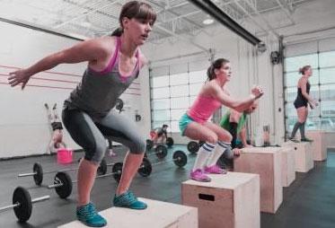 mujeres saltando en caja como ejercicio de gluteos